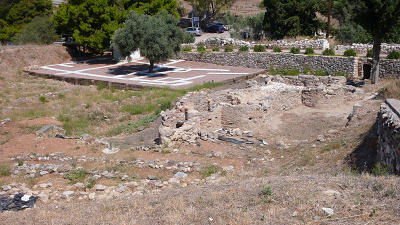 closest archeological site is akropoli Assini between Plaka beach and Kokkinos vrahos